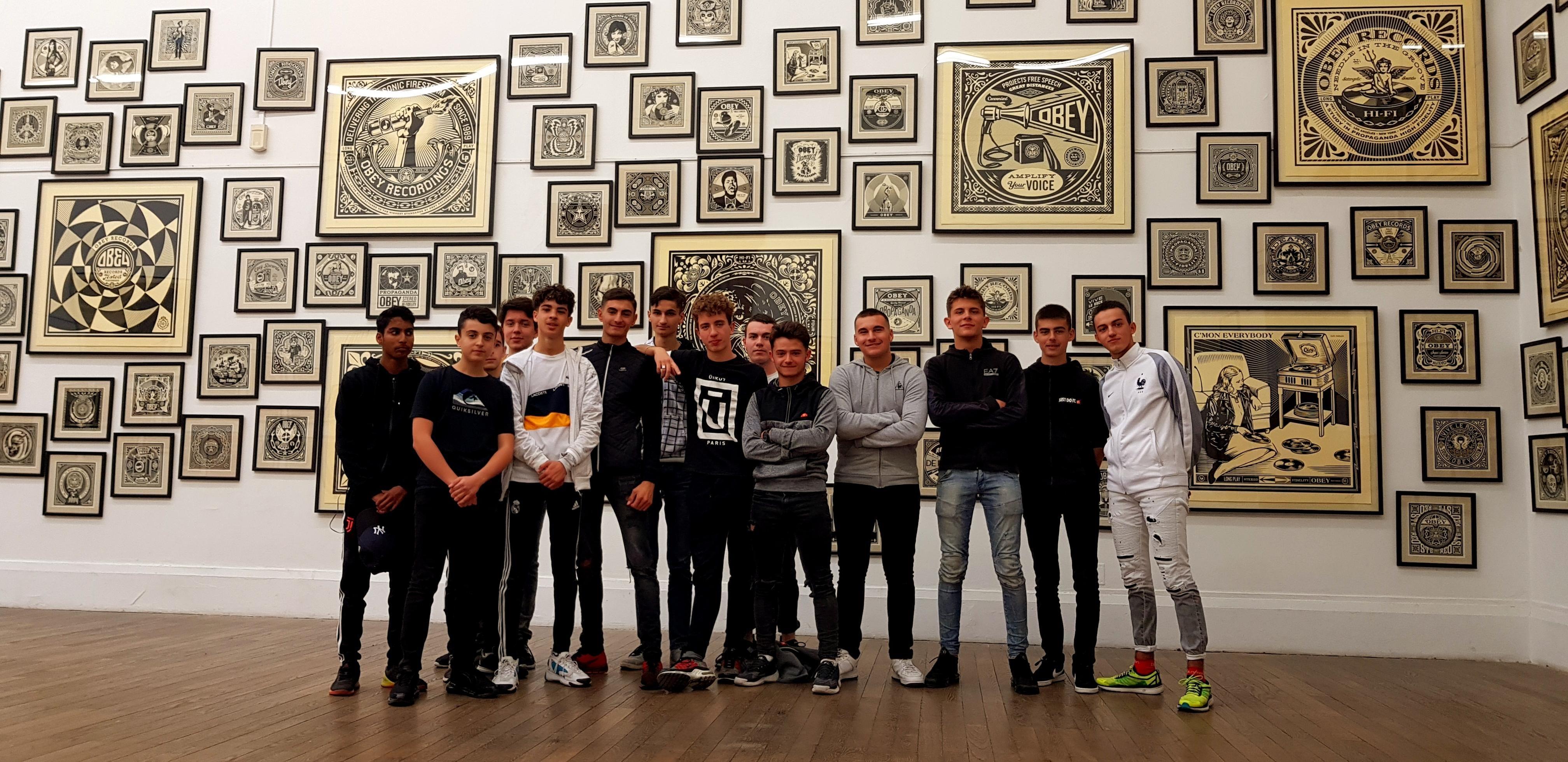 """Les élèves de 1melec devant les oeuvres de Shepard Fairey sur le thème """"Music"""""""